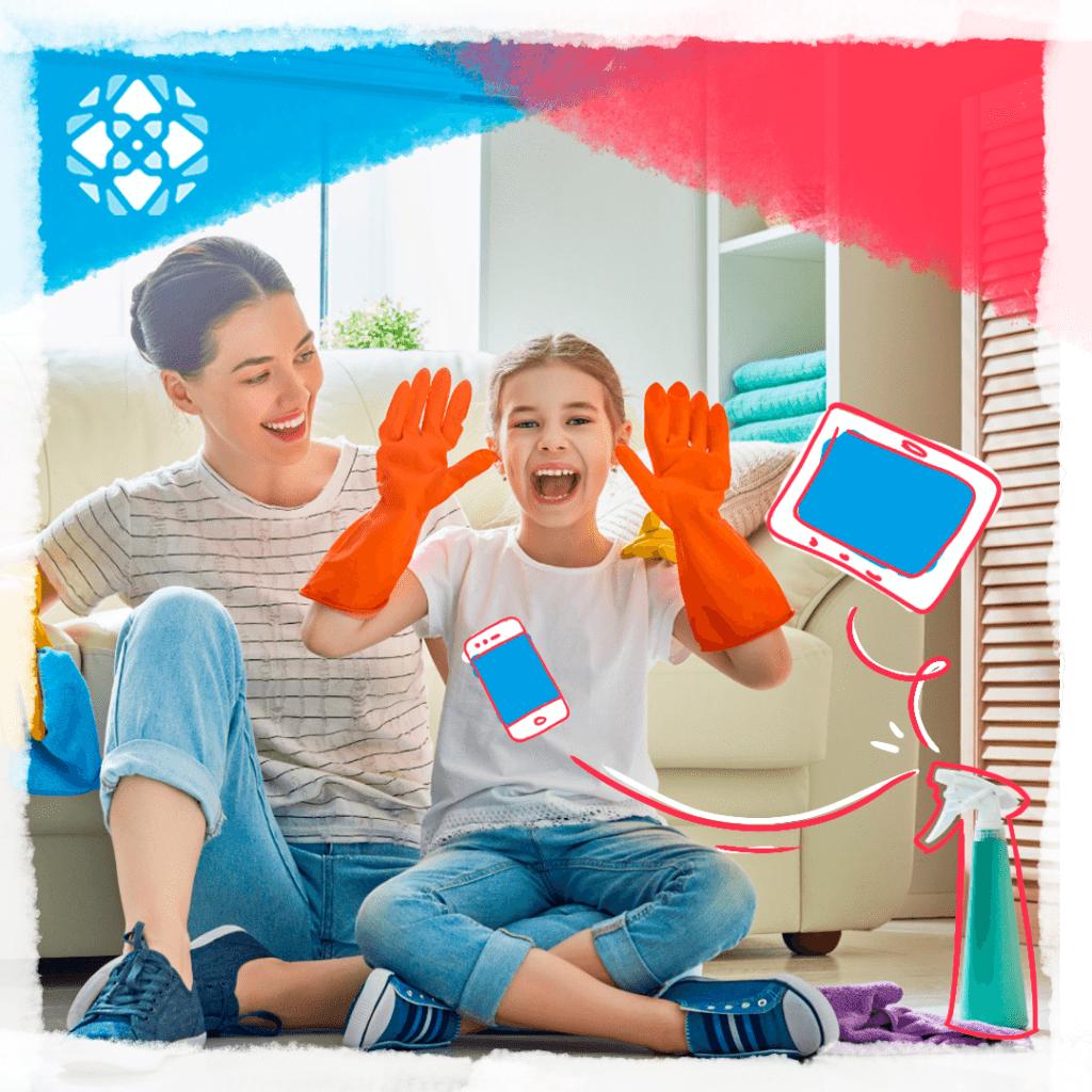 Mãe e filha sentadas no chão, ao lado de um desinfetante. Filha usando luvas de limpeza. Ilustração de um tablet e um celular.